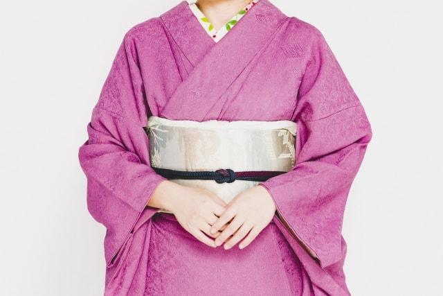 紫色の着物の女性