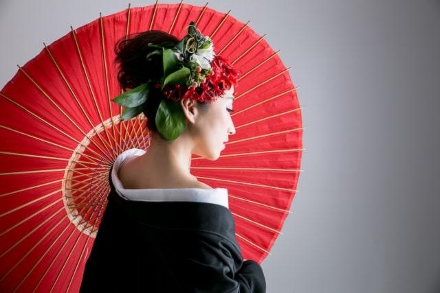 赤い傘と黑い着物の女性