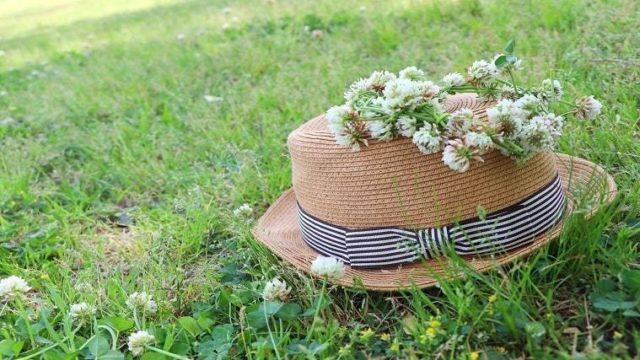 麦わら帽子とシロツメクサの花冠