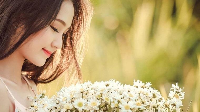 花束を見つめる森ガール