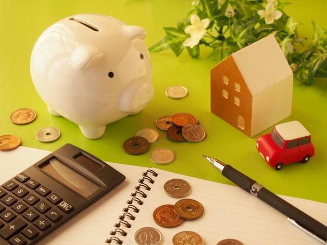 電卓や小銭、豚の貯金箱など