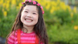 女の子こども服アイキャッチ画像。女の子こども服アイキャッチ画像。笑顔の女の子。
